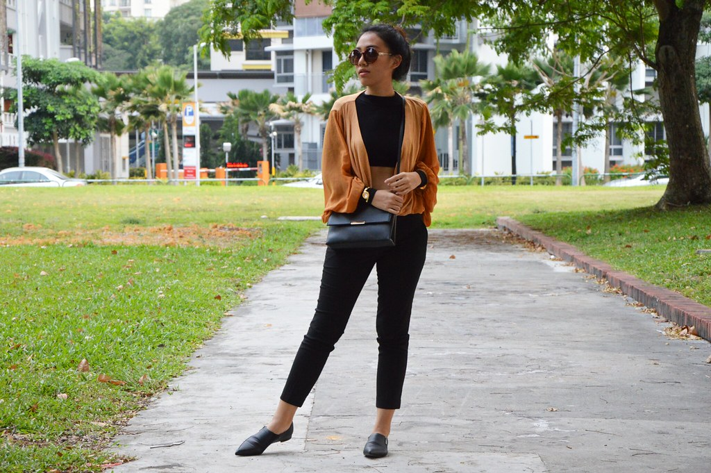 crop top, pointy toe loafers, round sunglasses, black cropped pants, turtleneck top