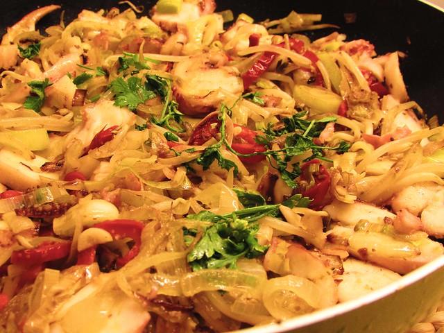 Rodelas de pota salteadas com legumes