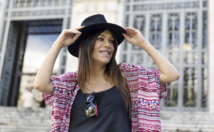 street style barbara crespo biblioteca nacional madrid stairs it shoes hat fashion blogger outfit blog de moda