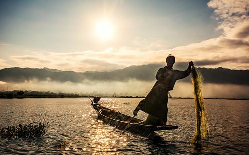 lake fog sunrise dawn see fishing fisherman asia asien nebel dusk burma myanmar inle sonnenaufgang morgen birma fischer angeln fischernetz inlesee fishernet lakeinlay