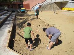 將閩客區施工時挖出的石頭挑出來,往後用於工作假期的各種生態工法實作。
