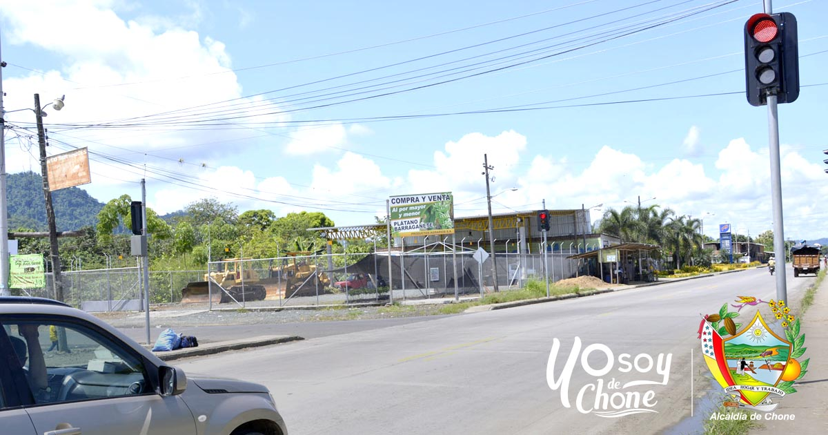 Instalan nuevos semáforos en el sitio San Andrés, Chone