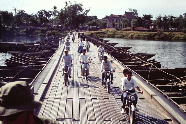 Huế 1969 - Cầu phao dã chiến qua sông Hương