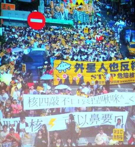 地球公民基金會蔡中岳分享台灣青年踴躍且創意十足、自發性參與反核行動,其他國家都十分想知道台灣經驗。圖為反核大遊行剪影,標語充表現新世代的流行用語。