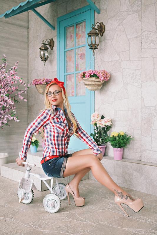 Фотосессия девушки в ярких образах PIN UP