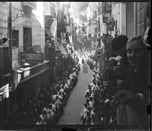 Procesión del Corpus en la Calle Ancha hacia 1915. Fotografía de Aurelio de Colmenares y Orgaz, Conde de Polentinos Ⓒ Fototeca del IPCE, Ministerio de Educación, Cultura y Deporte. Signatura DCP-A-2625_P
