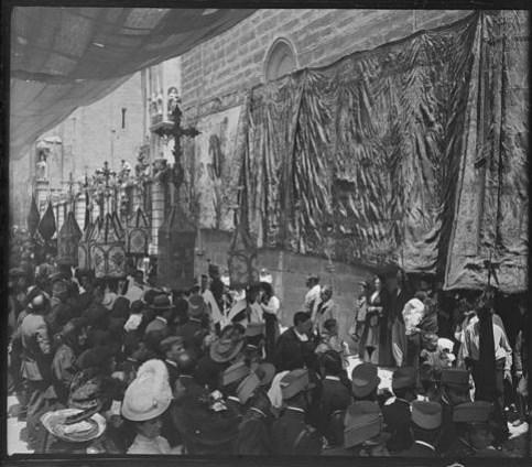 Procesión del Corpus hacia 1915. Fotografía de Aurelio de Colmenares y Orgaz, Conde de Polentinos Ⓒ Fototeca del IPCE, Ministerio de Educación, Cultura y Deporte. Signatura DCP-A-2629_P