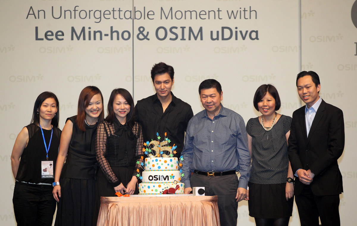 L2R Doris Chua, Cheryl Chua, Chia Sook Fun, Lee Min-ho, Dato Tay Sim Kim, Nancy Lam, Weng Fei, celebrates OSIM 35th Anniversary