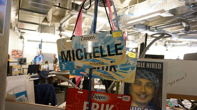 자유로운 분위기의 사무실- 자포스 직원들의 책상에는 재미있는 이름표가 달려 있다 (CC BY-SA / @Jennifer)