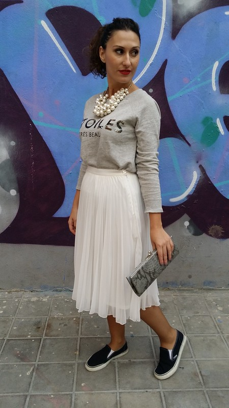 Falda midi lady, blanca plisada, sudadera gris con print, sneakers slip on, collar de perlas racimo, midi lady pleated white skirt, grey sweatshirt with print, casual,  pearl necklace, mix de tendencias, Mango, Zara, Vans