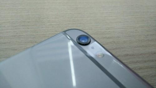 กล้องของ iPhone 6 Plus จะเห็นว่าเลนส์นูนออกมาชัดเจนเลย