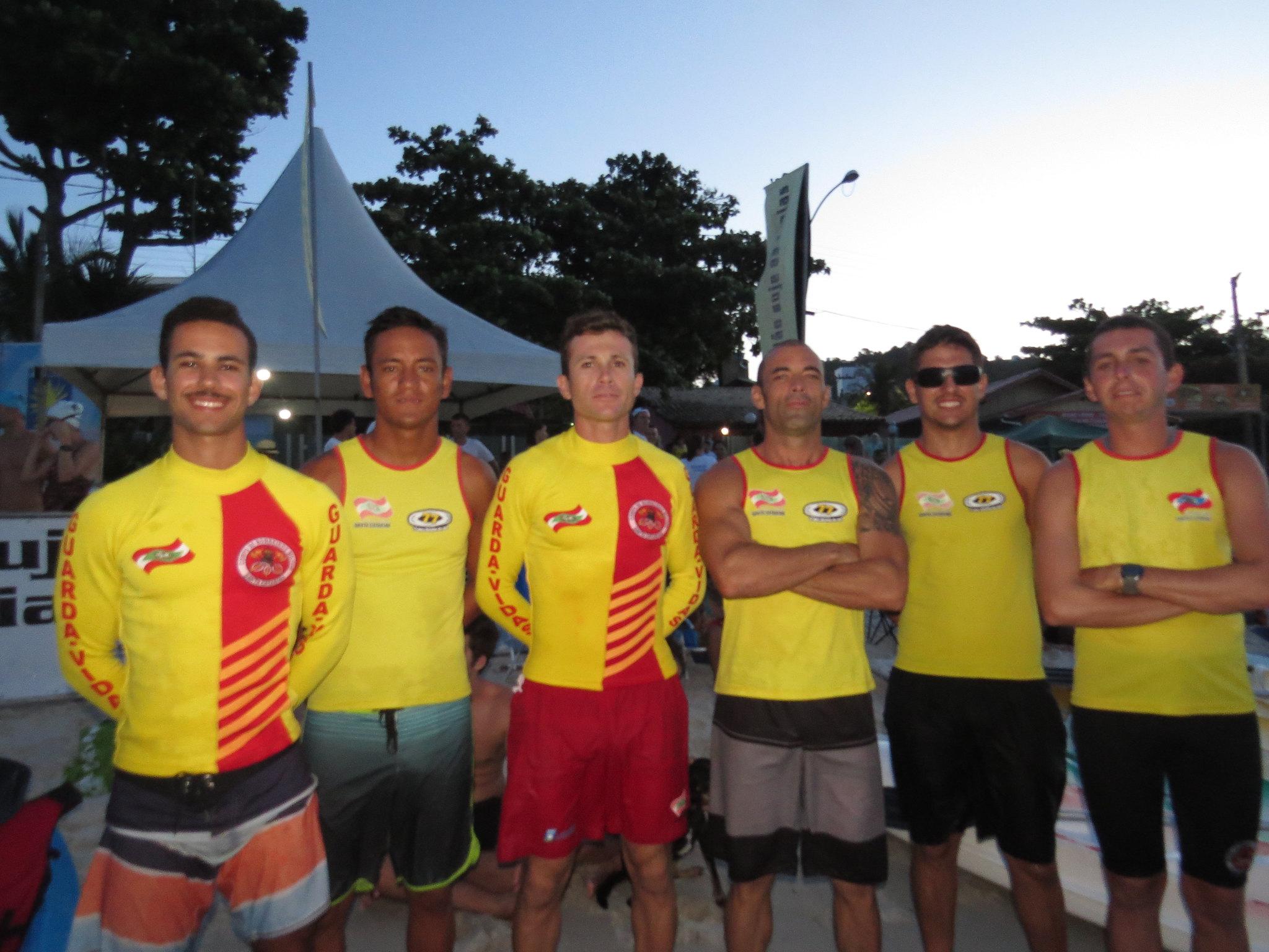 Equipe respons�vel pela seguran�a dos competidores na 9� Prova de Nata��o Noturna de Bombinhas (Foto: travessiabombinhas.com.br)