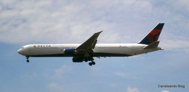 B767-400 N826MH (2)