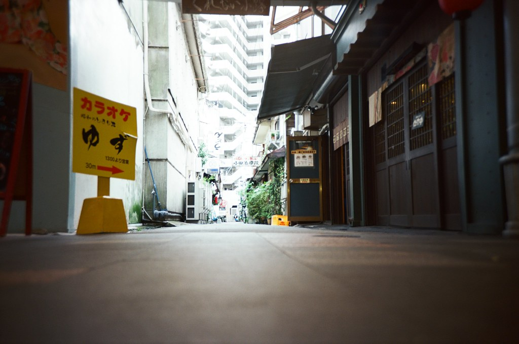 久留米 Kurume, Fukuoka / Kodak Pro Ektar / Lomo LC-A+ 去了一趟久留米,在福岡南邊的一個小城市。喜歡的一位歌手的家鄉在這裡,一直想看看這個城市長得如何。  不過這裡沒有想像中的熱鬧,或許大家都網北邊的福岡大城市跑了吧!  在街上隨意慢走。  Lomo LC-A+ Kodak Pro Ektar 100 4894-0024 2016-09-29 Photo by Toomore