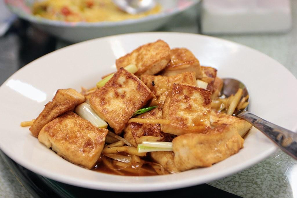紅燒豆腐,豆腐有煎過,再淋上醬汁