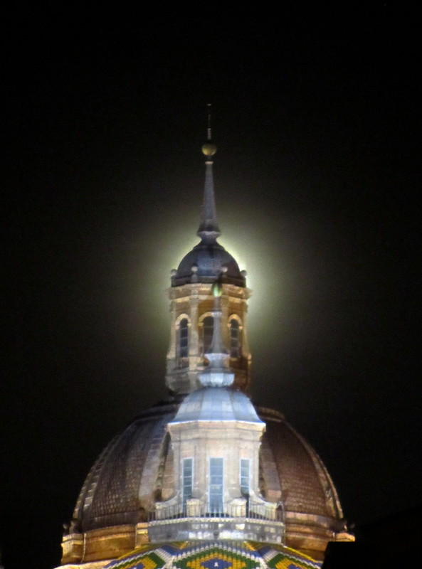 El Pilar con la luna detr�s