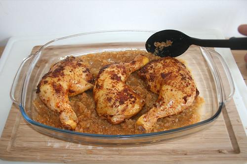 40 - Zwiebeln zu Schenkeln geben / Add onions to chicken legs