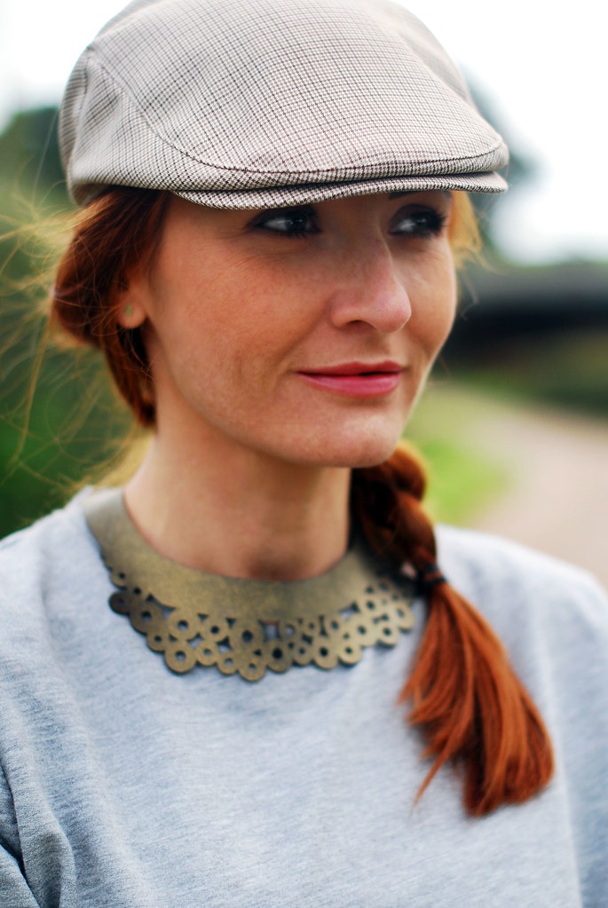 Grey marl with flat cap and laser-cut necklace