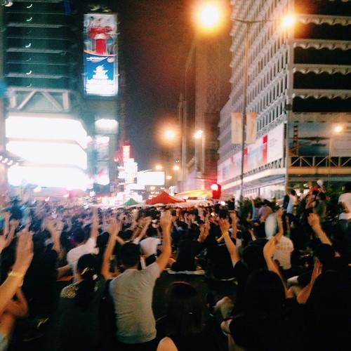 [10.1晚上,旺角] 全民公投是否支持學聯學民提出的四個訴求。自由、自決。這個地方。好美好堅。  #hkig #hk926 #hkstrike #umbrellarevolution #fightfordemocracy #雨傘革命#hkclassboycott #縮骨遮革命