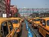 Calcutta - Une noria de taxis jaunes en attente devant la gare.