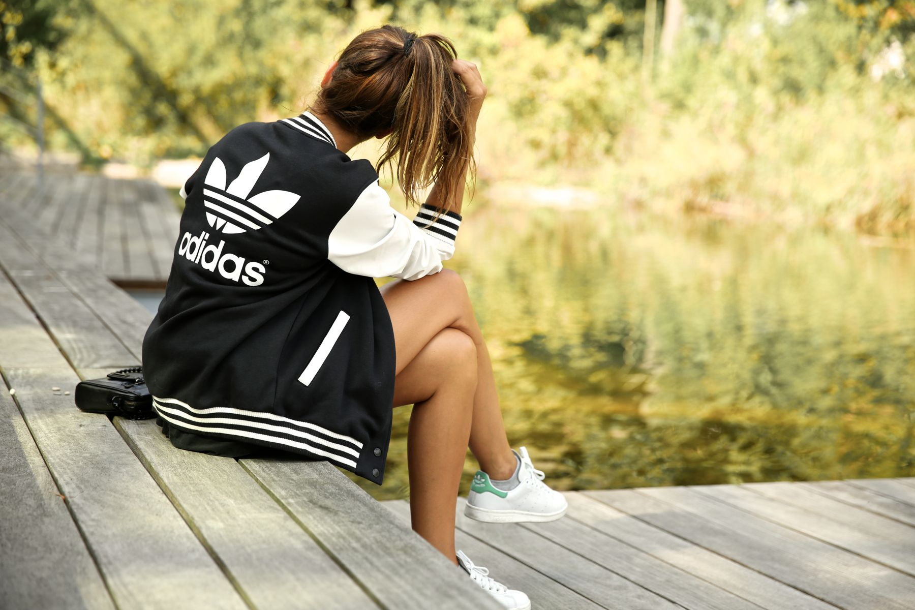 trendy_taste-look-outfit-street_style-ootd-blog-blogger-fashion_spain-moda_españa-stan_smith-adidas-herzo-sport_chic-baseball-chaqueta-shorts-12