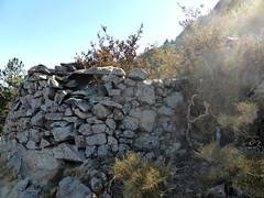 Abris de bergers (?) sur l'arête N du Traunatu vers 1240m