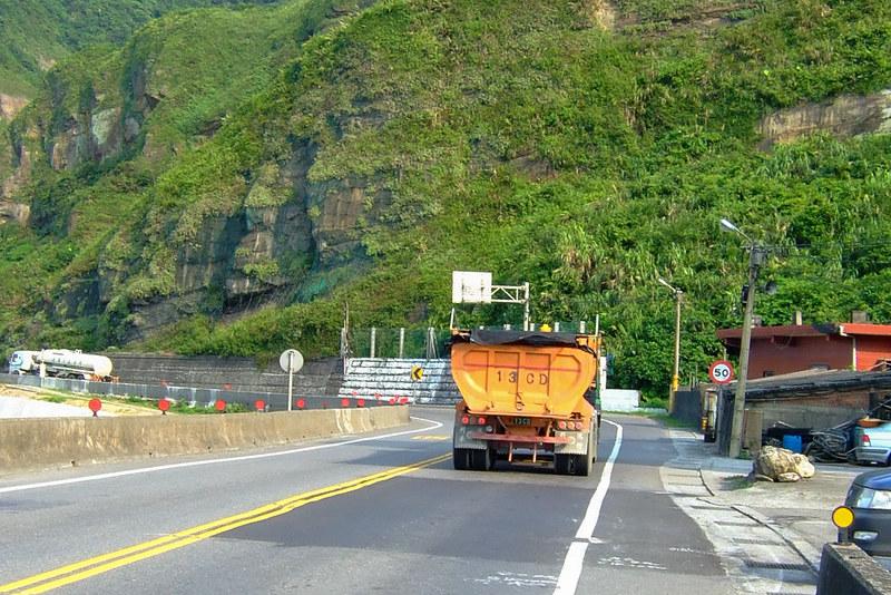 057-騎車時要小心路上頻繁來往的大卡車-2