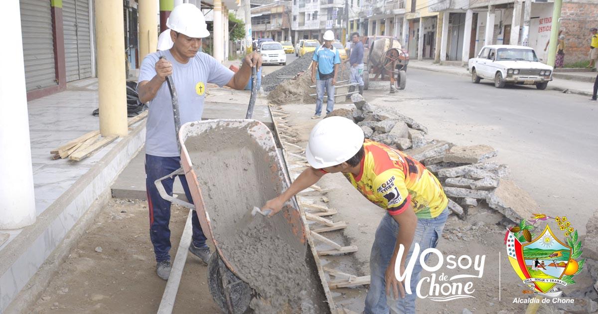 Municipio de Chone realiza mejoras en aceras y bordillos