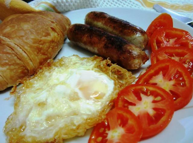 Banger croissant & egg breakfast