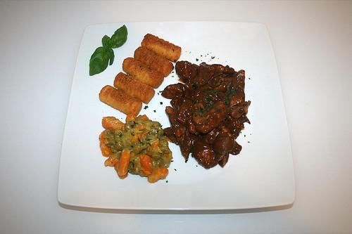44 - Balsamico-Putengeschnetzeltes mit Kroketten, Erben & Möhren - Serviert / Balsamico turkey chop with croquettes, peas & carrots - Served