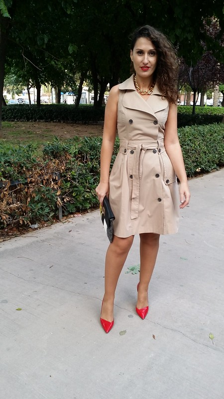 Vestido, gabardina beige, trench, stilettos rojos, collar dorado de eslabones, clutch verdes y negros pitón, dress, beige trench, red stilettos, gold chain necklace, clutch green and black faux python, Zara, Parfois, Mulaya