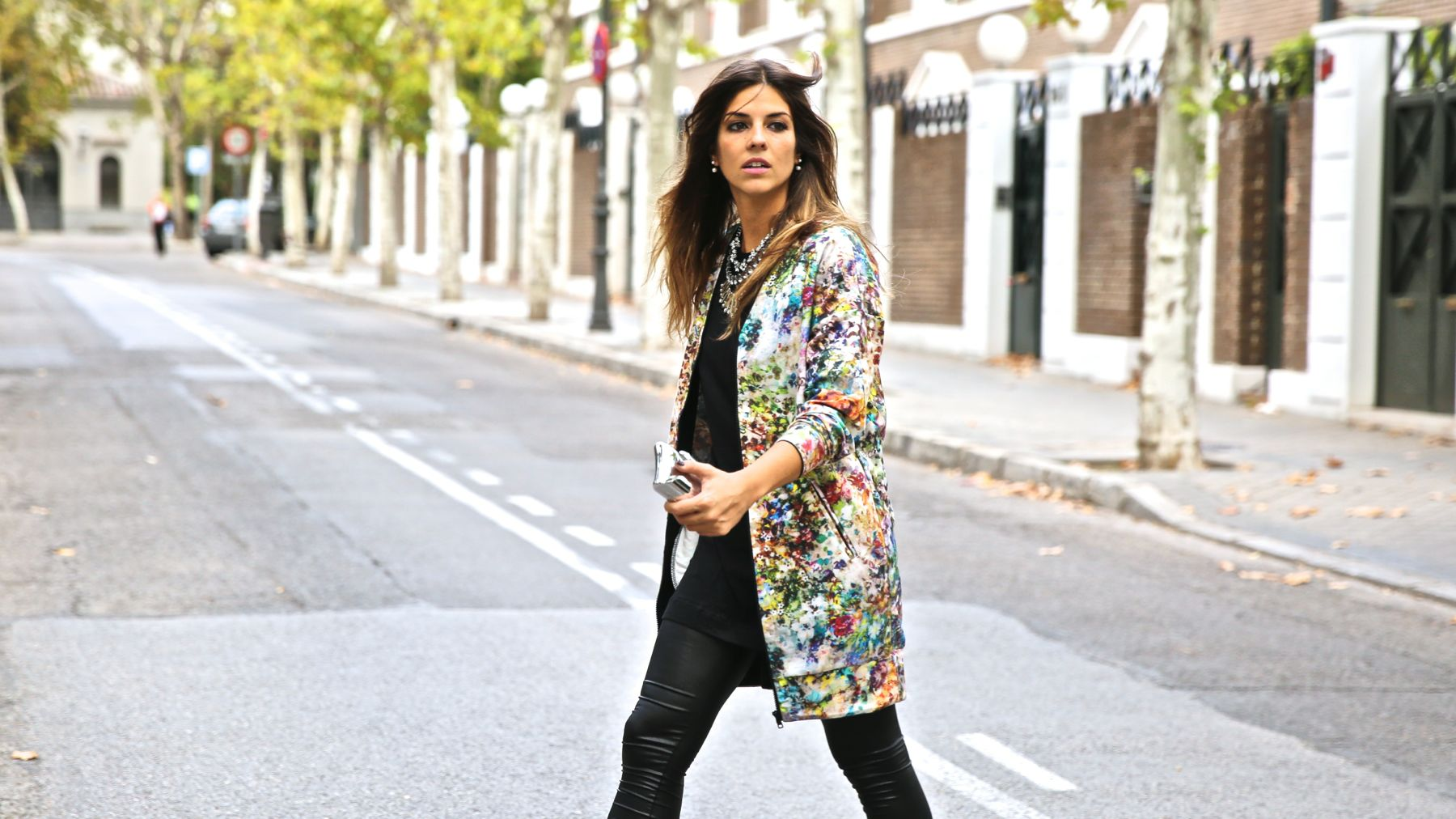 trendy_taste-look-outfit-street_style-ootd-blog-blogger-fashion_spain-moda_españa-leggings-bomber-cazadora-estampado_flores-flower_print-mas34-stiletto-estiletos-basic_tee-camiseta_basica-sport_chic-3