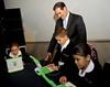 El gobernador Guillermo Padrés presenció a niños trabajando con los nuevos equipos.