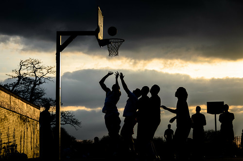 uk sunset england sky people london basketball sport clouds ball sonnenuntergang action unitedkingdom silhouettes himmel wolken basketballhoop claphamcommon