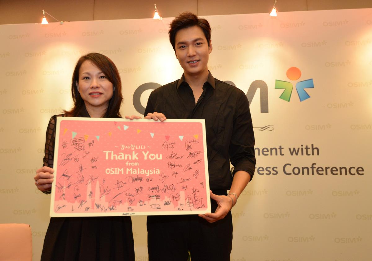 Ms Chia Presenting OSIM Thank You Card to Lee Min-ho