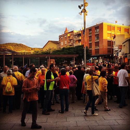 La Plaça de la Vila de #Gelida pràcticament plena en suport de la consulta #9N2014 #Araéslhora9N #Votarem