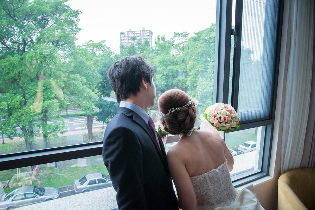 其實囍宴預定時間已經超過10幾分鐘,新人房間還在等待的重要的賓客前來望的窗外