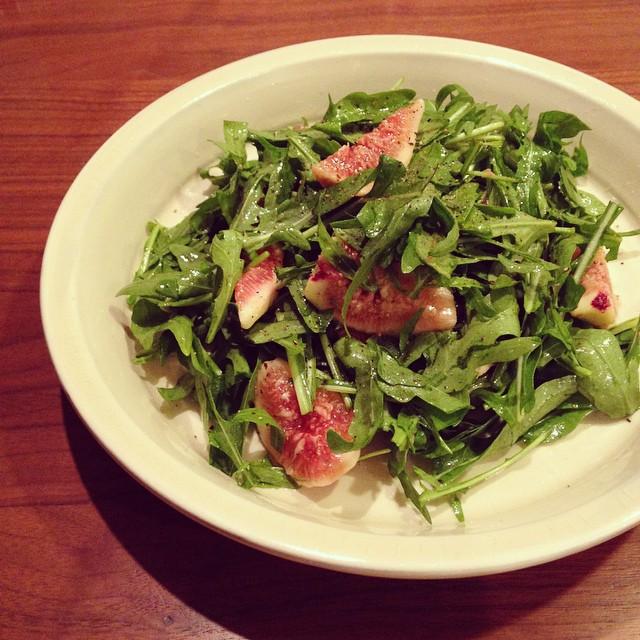 無花果とセルバチコのサラダ。おいしくできた! 今日の午後の会議中、家にある無花果を何と組み合わせてサラダにするかずっと考えてた。ごめんなさい。