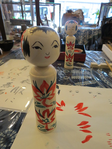 Painting a kokeshi doll at Takakame (高亀) in Naruko Onsen