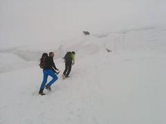 Eine große Gletscherspalte muss überwunden werden