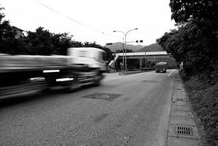 示意圖:長坑國小的噪音困擾來自緊鄰公路幹道,砂石車呼嘯而過的聲音可高達90分貝。圖片來源:砂石車的狂嘯@文西林 on flickr,符合CC授權使用。