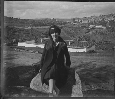 Una joven en un cigarral de las Pontezuelas en 1928. Fotografía de Aurelio de Colmenares y Orgaz, Conde de Polentinos Ⓒ Fototeca del IPCE, Ministerio de Educación, Cultura y Deporte. Signatura DCP-A-4074_P