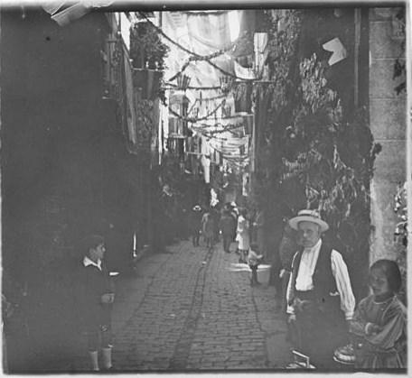 Jueves del Corpus en la Calle Martín Gamero hacia 1915. Fotografía de Aurelio de Colmenares y Orgaz, Conde de Polentinos Ⓒ Fototeca del IPCE, Ministerio de Educación, Cultura y Deporte. Signatura DCP-A-2303_P