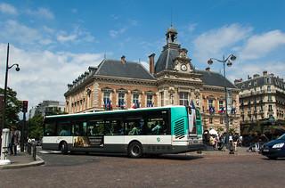 Bus de la RATP devant la Mairie du XIXe Arrondissement
