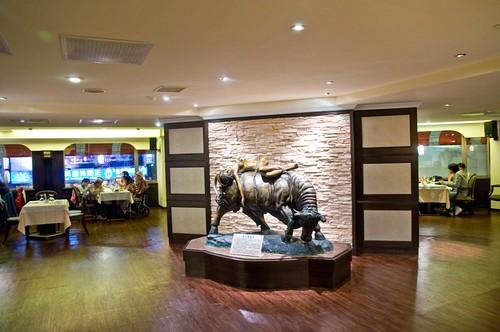 高雄新國際西餐廳的成長-改裝後瑞牛與美女2