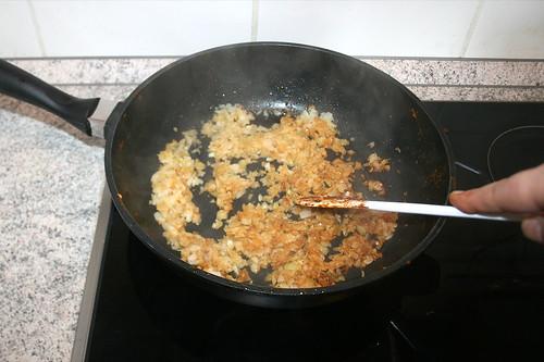 38 - Zwiebeln andünsten / Braise onions lightly