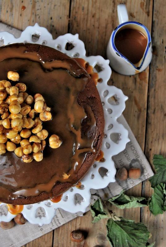 Torta nocciole e cioccolato con salsa al caramello salato