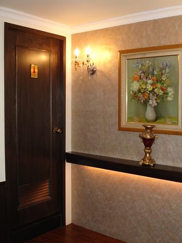 高雄新國際西餐廳的成長-改裝後化粧室入口