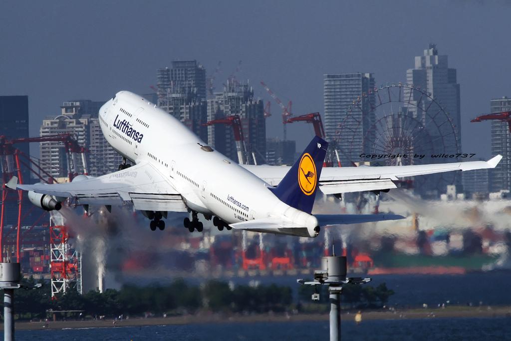 Lufthansa Boeing 747-400 in HND (D-ABVP)