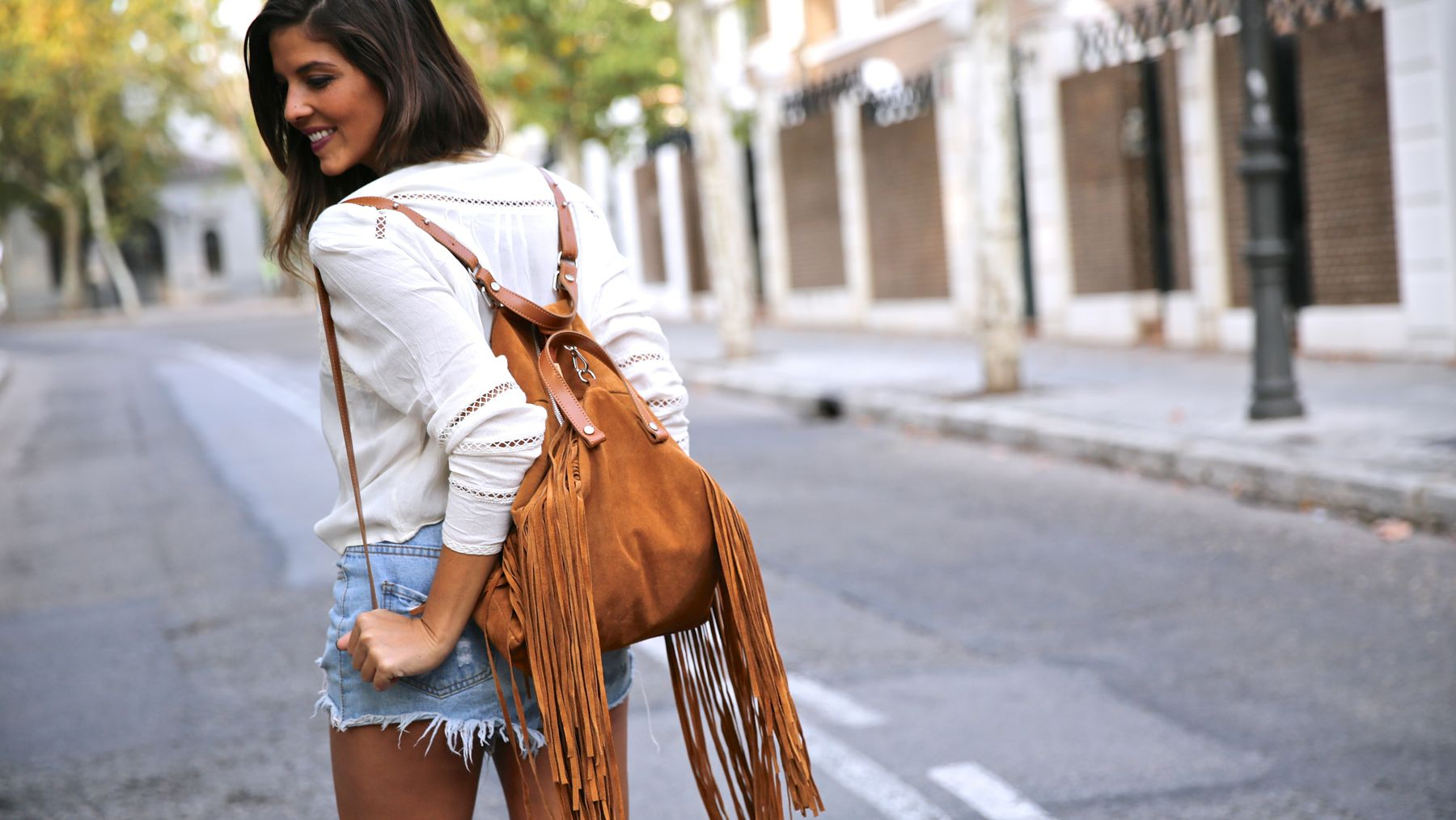 trendy_taste-look-outfit-street_style-ootd-blog-blogger-fashion_spain-moda_españa-boho-hippie-flecos-botines_camperos-cowboy_booties-mochila-backpack-blusa-camisa-denim-shorts-vaqueros-4